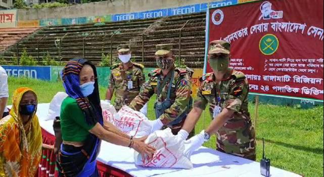 সেনাবাহিনীর উদ্যোগে রাঙামাটি পৌর এলাকায় শতাধিক অসহায় পরিবারের মাঝে ত্রাণ বিতরন